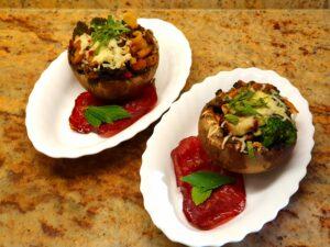 Champignons, gefüllt mit Blumenkohl, Brokkoli und Pfifferlingen