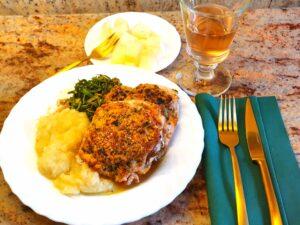 Read more about the article Gefülltes Schweinelachsfilet mit Parmesan-Salbeikruste und Zwiebel-Kartoffelstampf