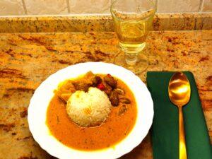 Gebratene Hühnerherzen mit Artischocken und Reis